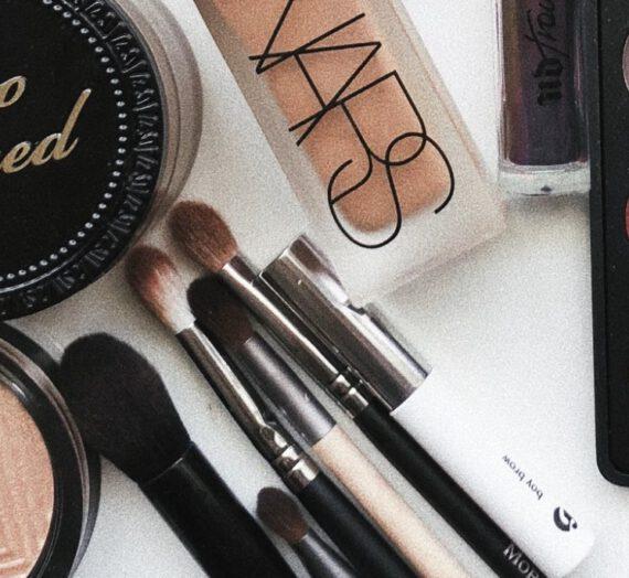 Naturalny makijaż z użyciem pudru satynowego